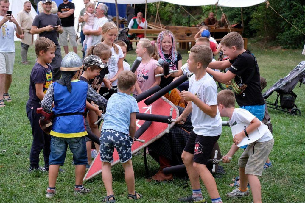 Średniowieczny obóz w Nowicach, bitwa dzieci